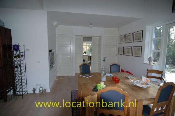 woonkamer met doorkijk naar de keuken