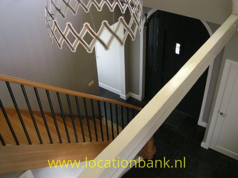 trap en hal met voordeur