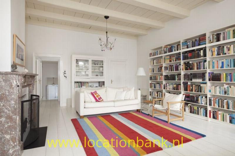 witte woonkamer met marmeren schoorsteen mantel
