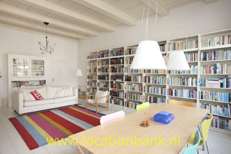 woonkamer met bibliotheek