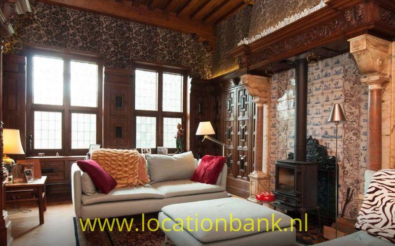 ouderwetse houtkachel in klassiek huis 17e eeuwse inrichting met lambrisering