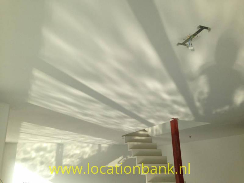 spiegeling van het water op het plafond