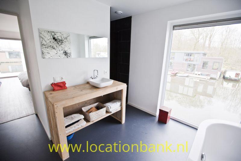 badkamer met doorkijk naar slaapkamer