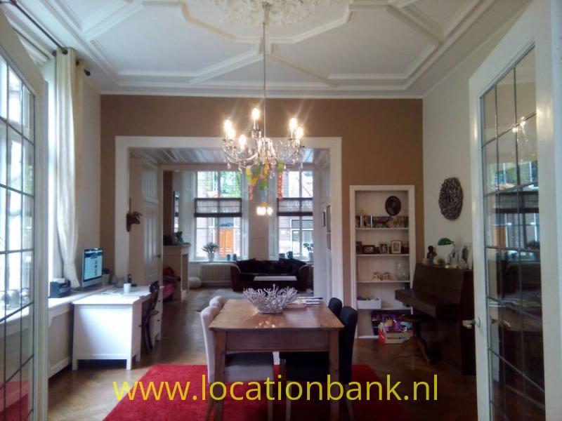 Middenkamer hoogte 3.75 met oude deuren en plafond