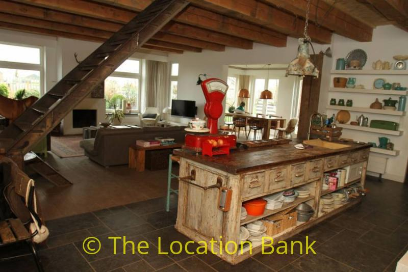 woonkamer met artistieke keuken