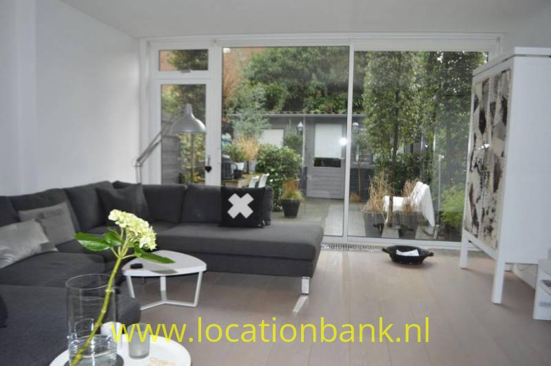 ruime woonkamer met uitzicht op tuin