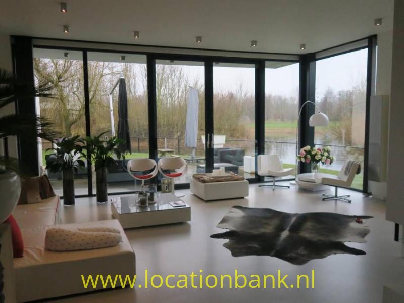 ruime woonkamer met veel daglicht en glazen wanden