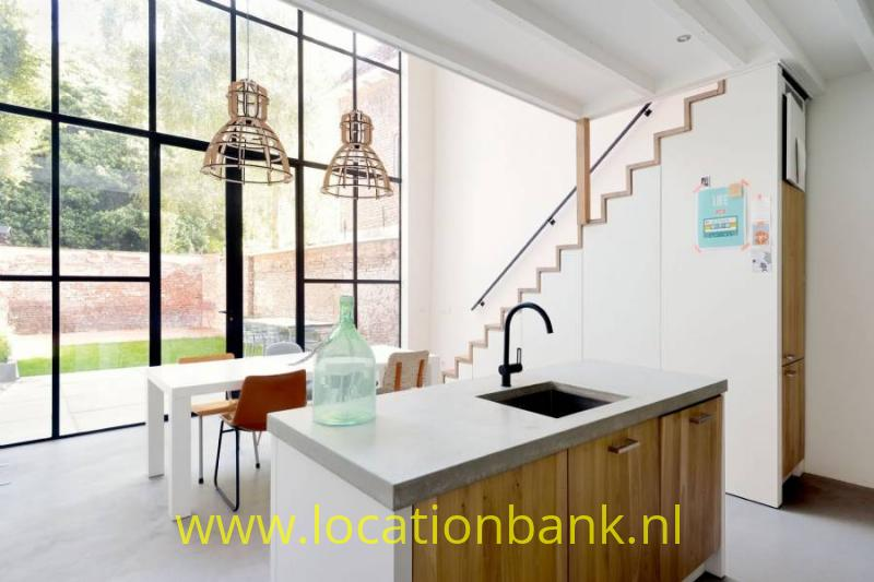 strakke woonkamer met glazen pui en veel daglicht