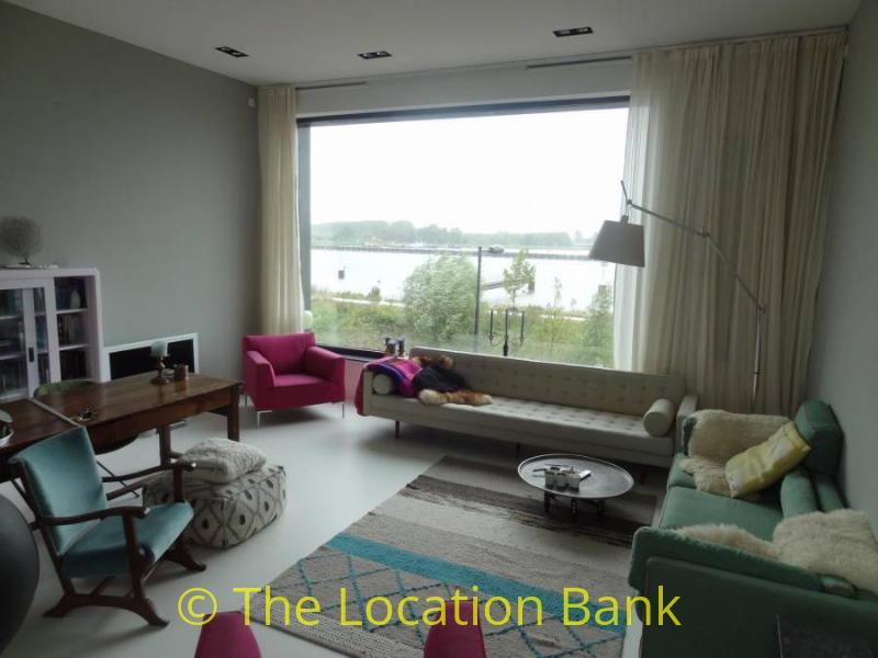 retro woonkamer met uitzicht over water