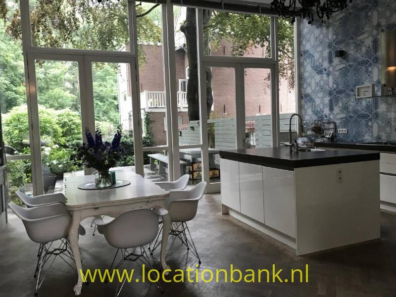 lichte keuken met glazen wand