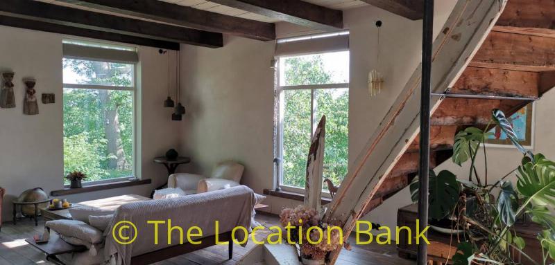 woonkamer met houten trap