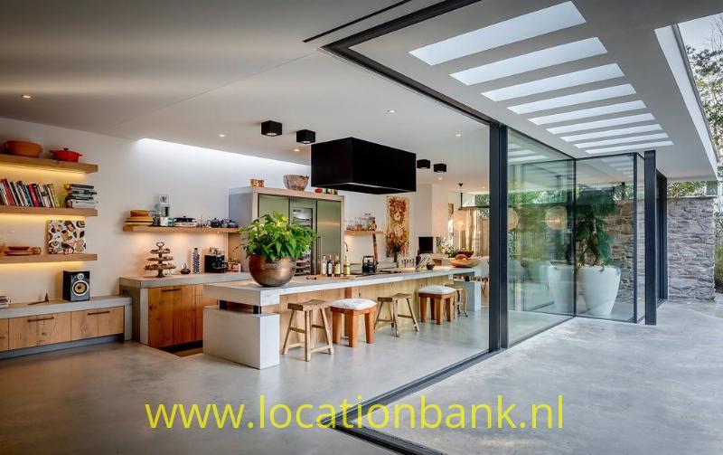 open keuken met glazen pui