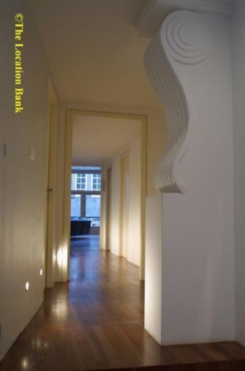 Een unique loft in Amsterdam van ong. 400 m2 in een oud schoolgebouw. De plafonds zijn 5 meter hoog, van 3 zijden veel lichtinval. De grote woonkamer meet ongeveer 100m2 en heeft een Erard vleugel (zwart hoogglans) uit 1897.