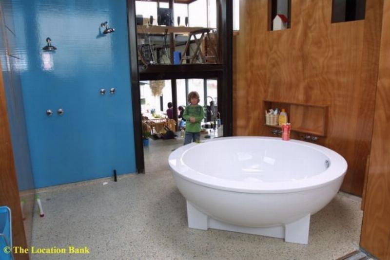 Moderne open badkamer met rond bad