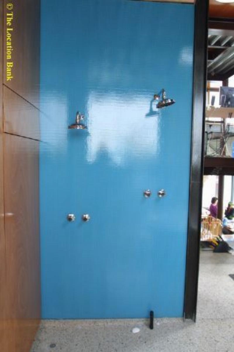 Moderne open badkamer met douche