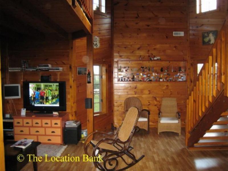 Woonkamer met trap en houten vloer