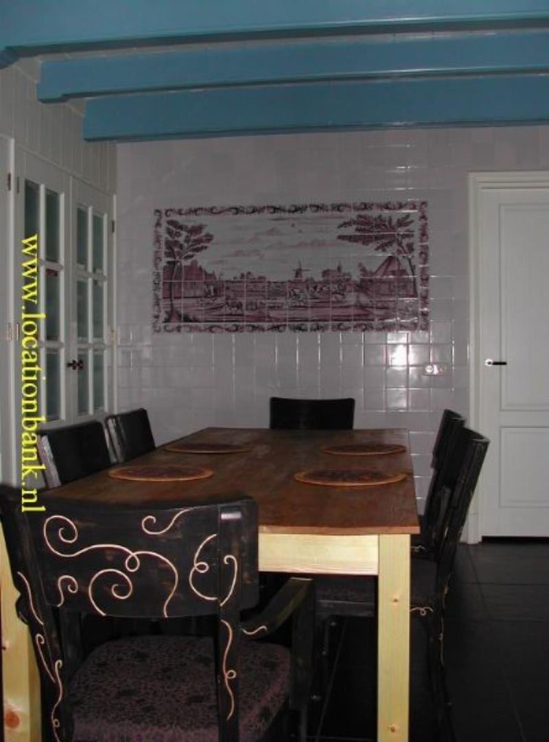 huiskamer met tegelwand