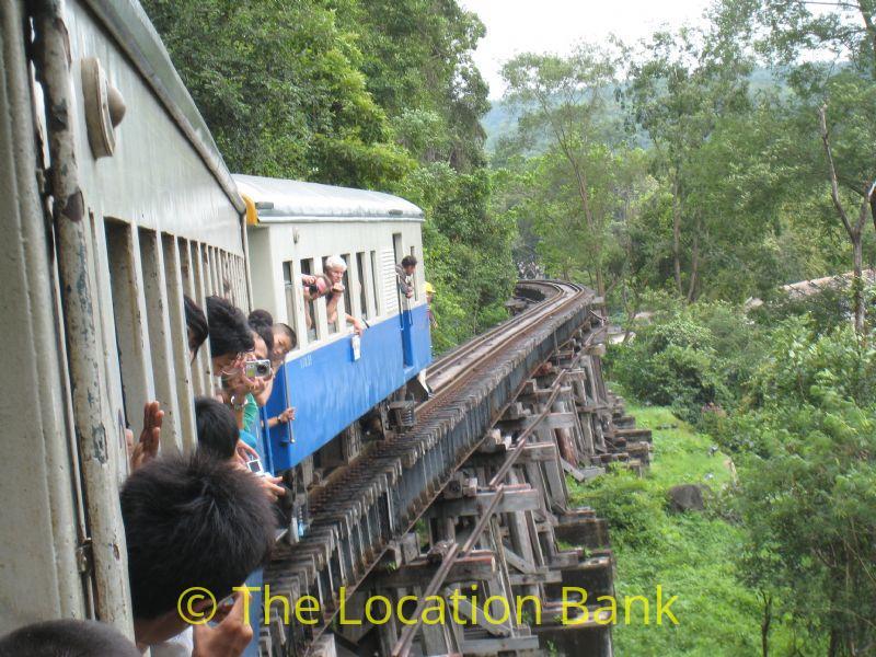 Oude spoorlijn en trein