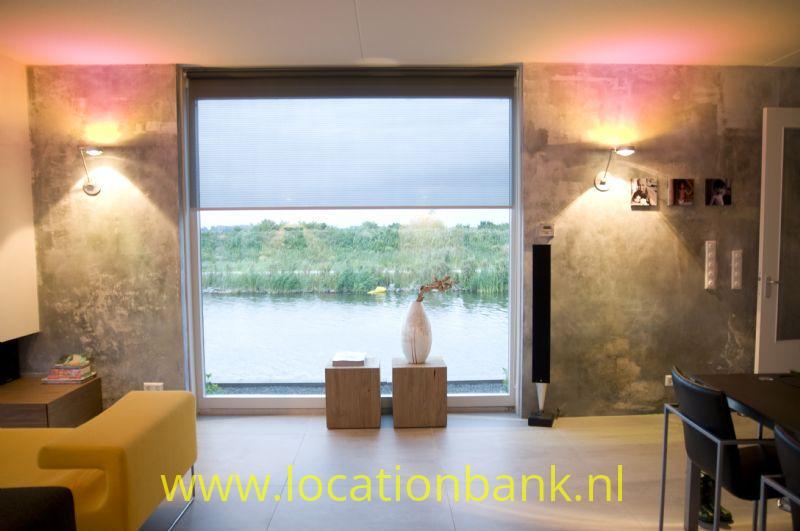 huiskamer met uitzicht over water