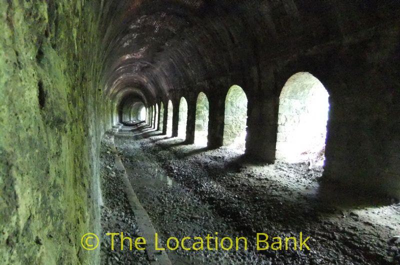 Verlaten spoorweg tunnel zonder rails