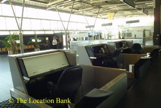 Vliegveld met startbaan en landingsbaan en lucht verkeerstoren