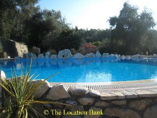 zwembad met uitzicht en bar